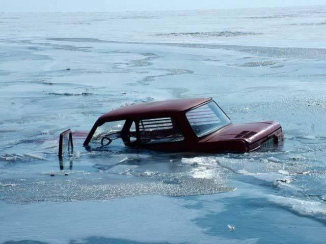 машина тонет в реке
