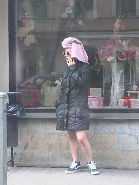 женщина в куртке и с полотенцем на голове
