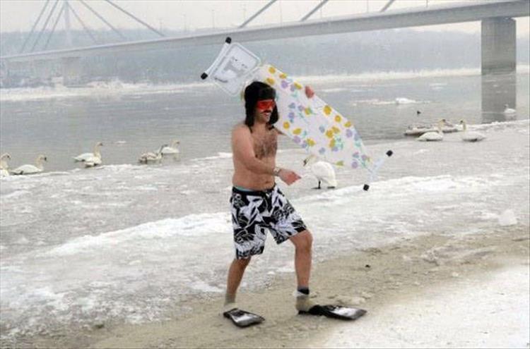 мужчина на пляже с гладильной доской