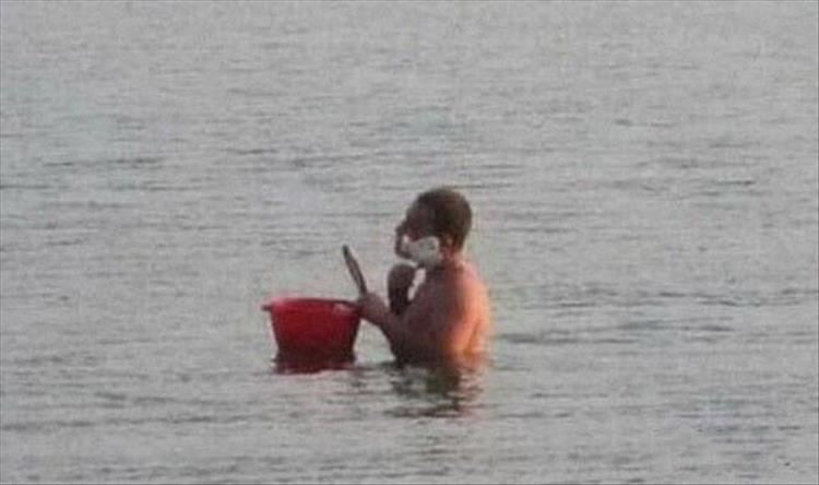 мужчина бреется, стоя в реке