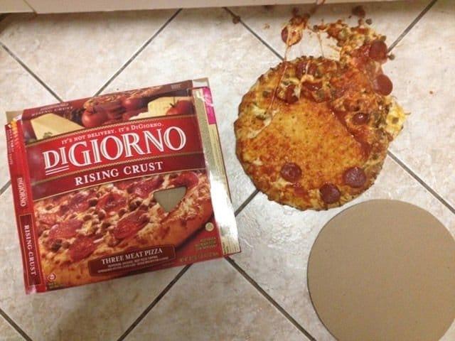 пицца на полу
