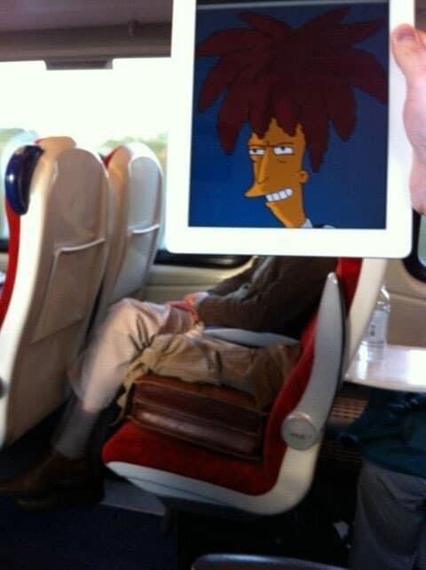 человек в поезде с мультяшной головой