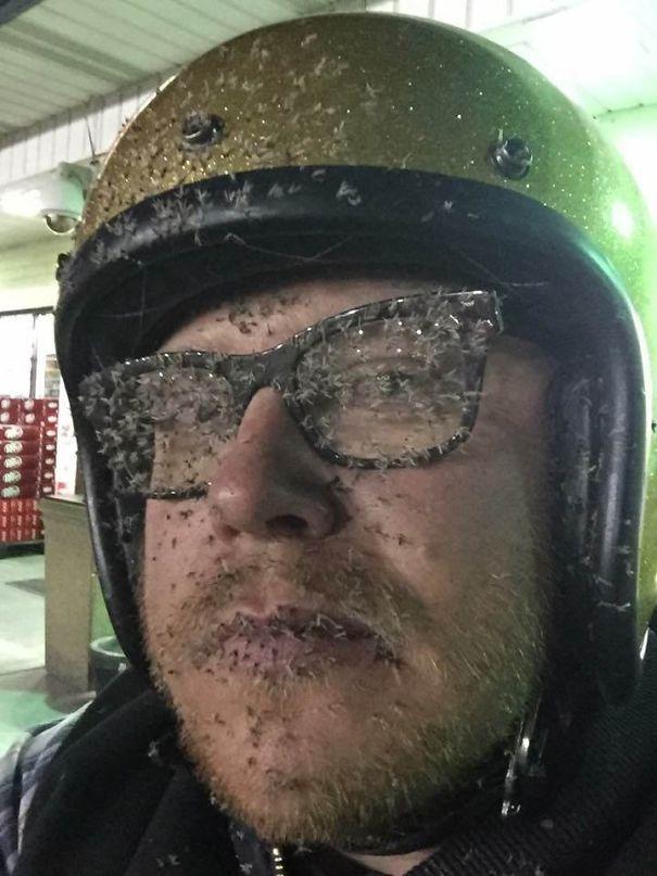 мотоциклист с мошками на лице