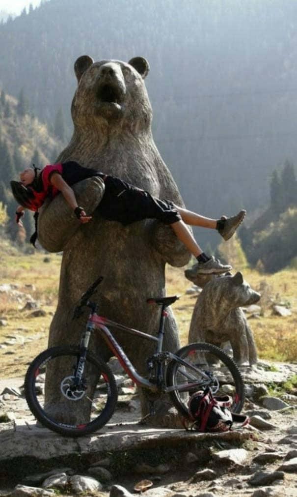 велосипедист на памятнике медведю