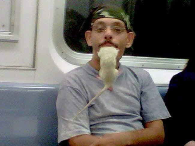 парень с белой крысой во рту