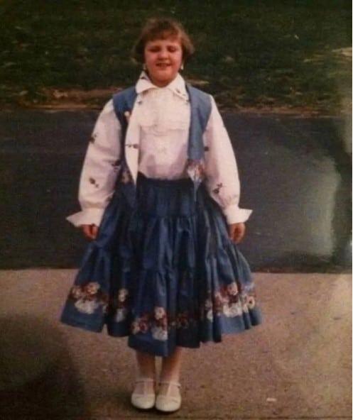 девочка в забавной одежде