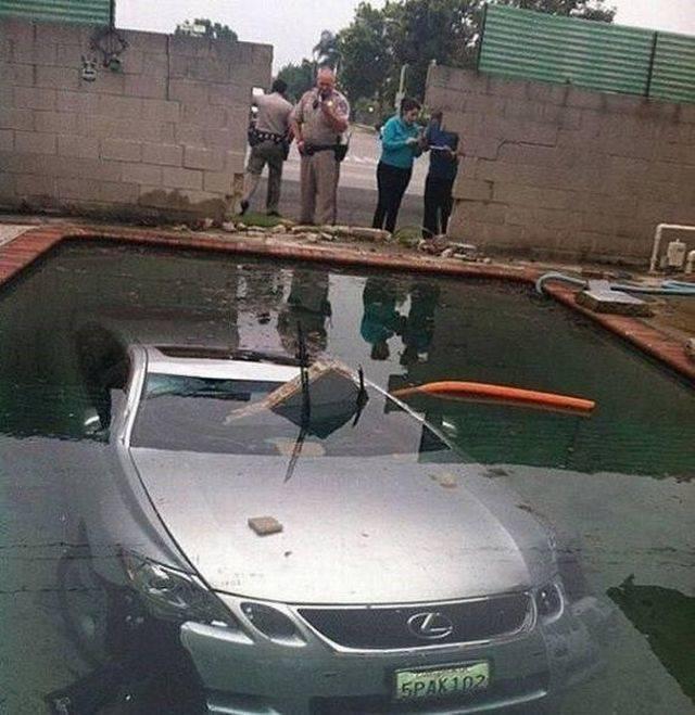 машина под водой в бассейне