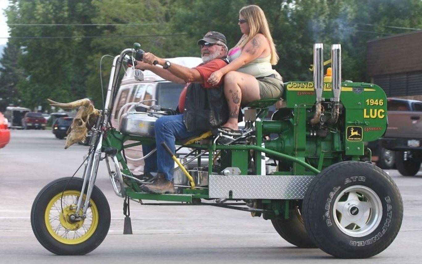 мужчина и женщина на мотоцикле