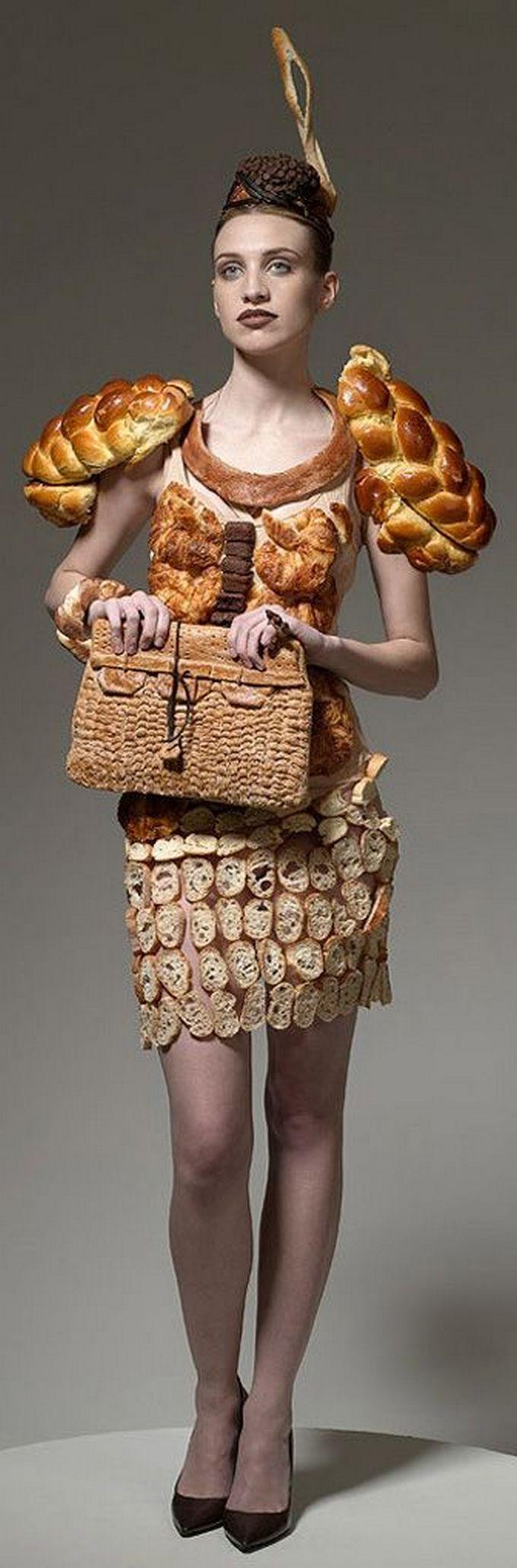девушка в платье из хлеба