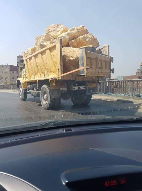 грузовки с глыбами камней