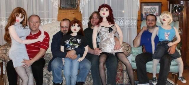 мужчины с надувными куклами