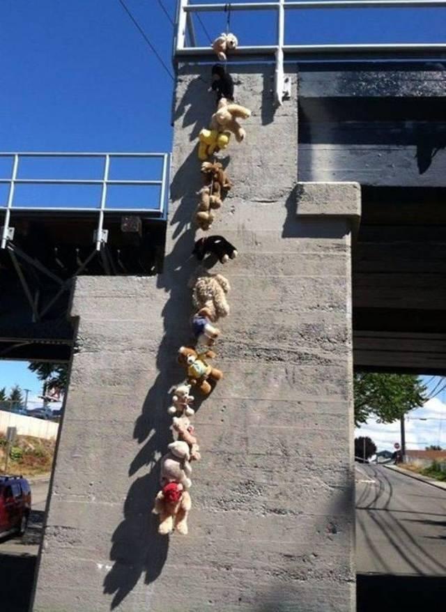 связанные игрушки на мосту