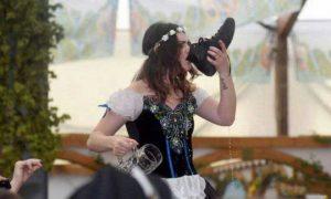 девушка пьет из ботинка