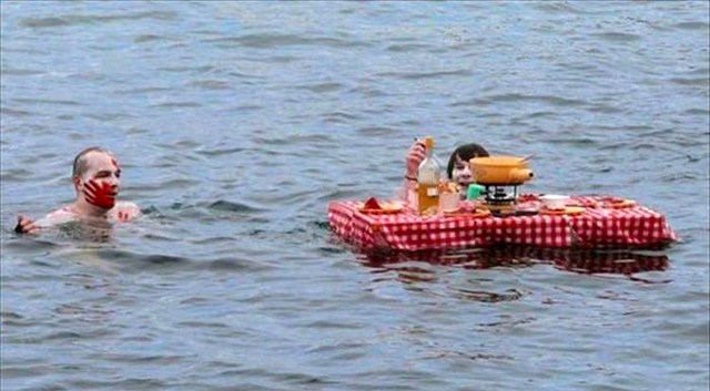 люди и стол в воде