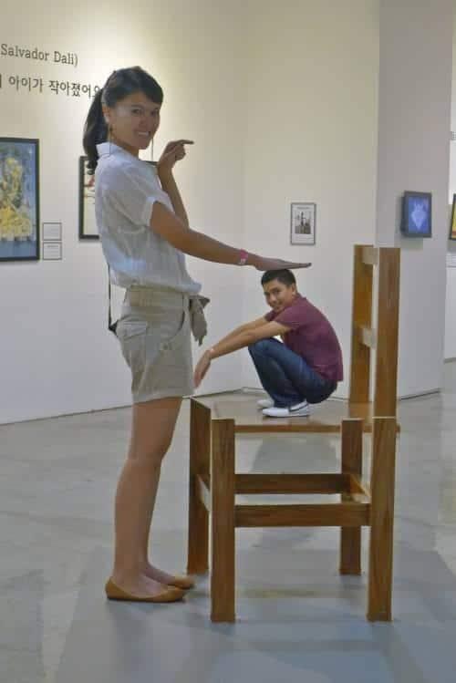 мальчик на стуле