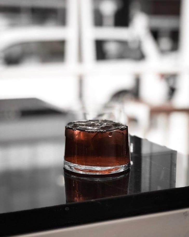 стакан на столе