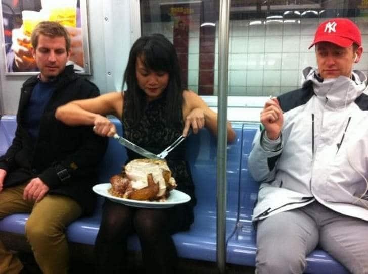 девушка режет курицу в метро