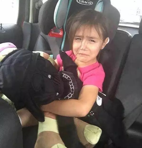 девочка плачет в машине