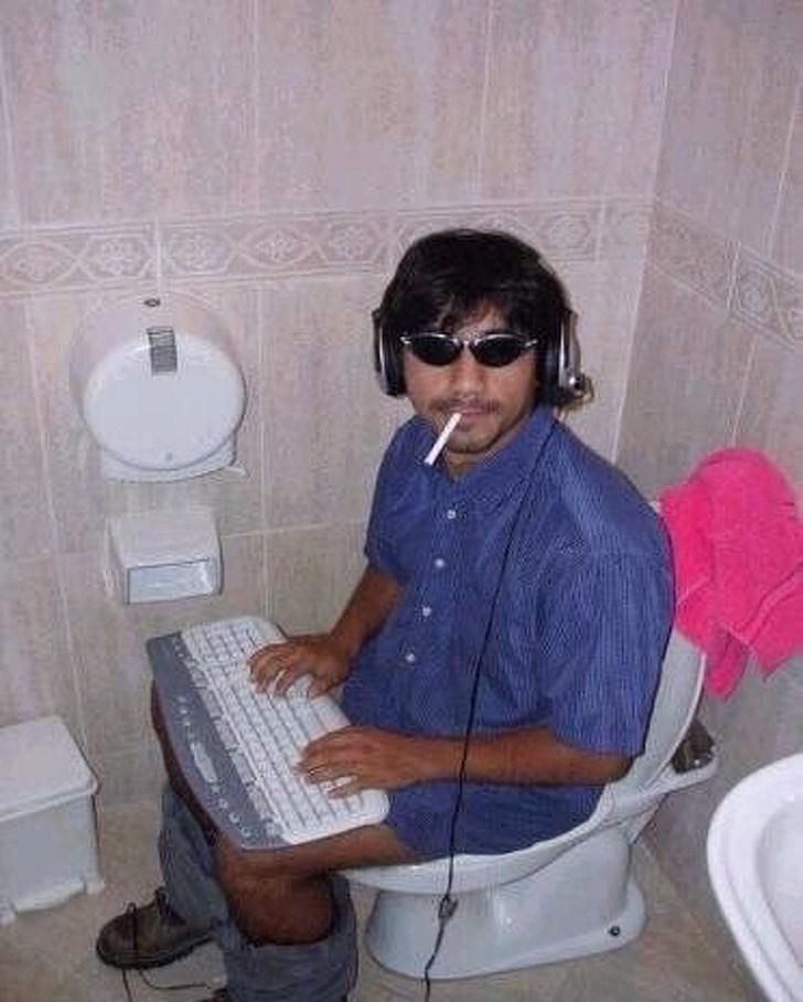 мужчина с клавиатурой на унитазе