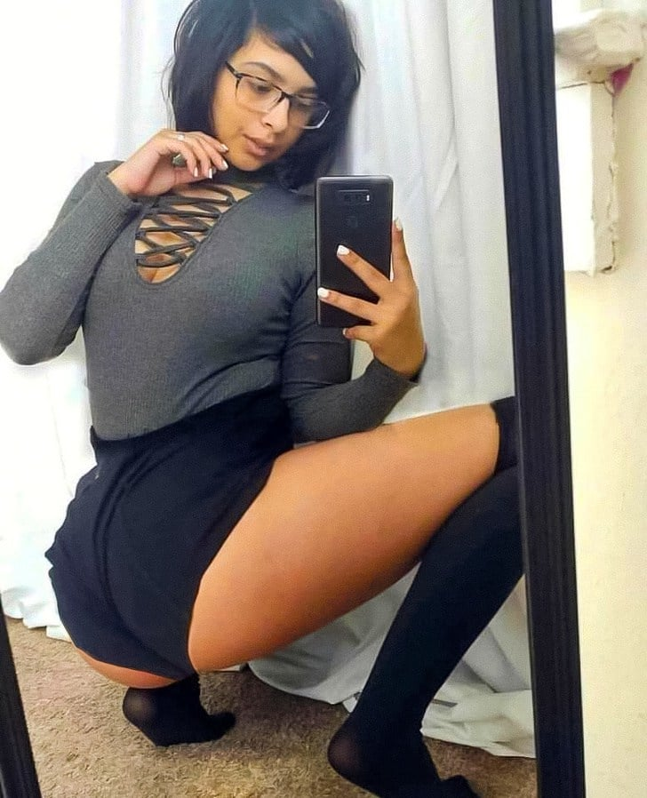 девушка делает селфи в зеркале