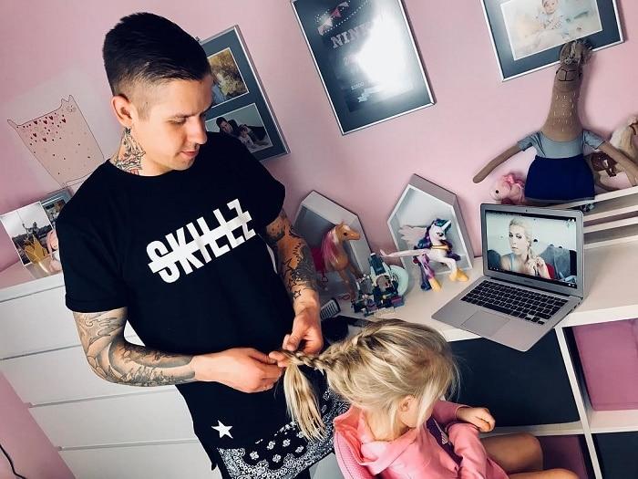 папа заплетает дочери косу