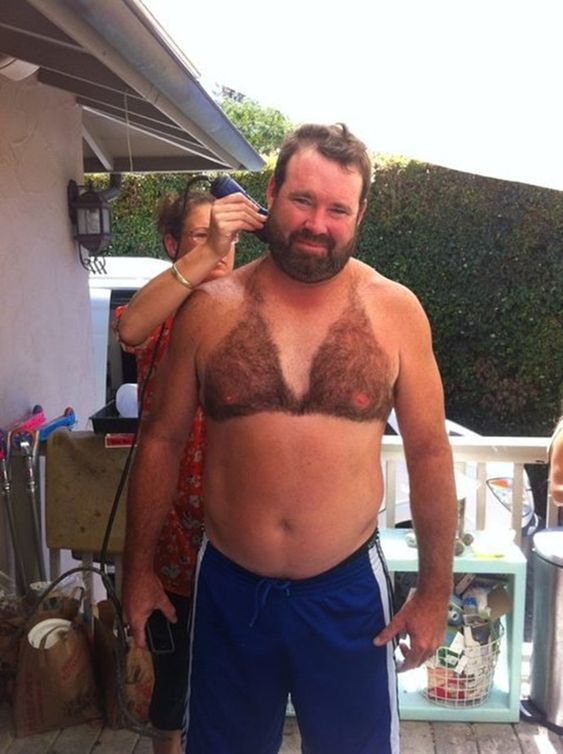 бородатый мужчина с волосатой грудью