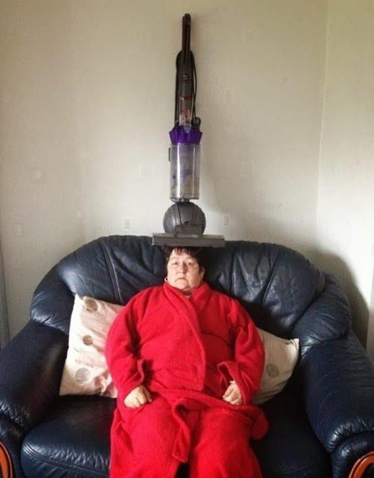 женщина в красном халате на диване