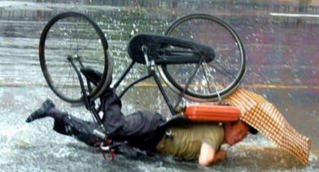 мужчина упал с велосипеда
