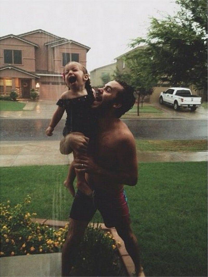 папа с дочкой под дождем