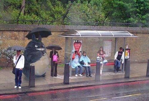 тоторо с зонтом на остановке