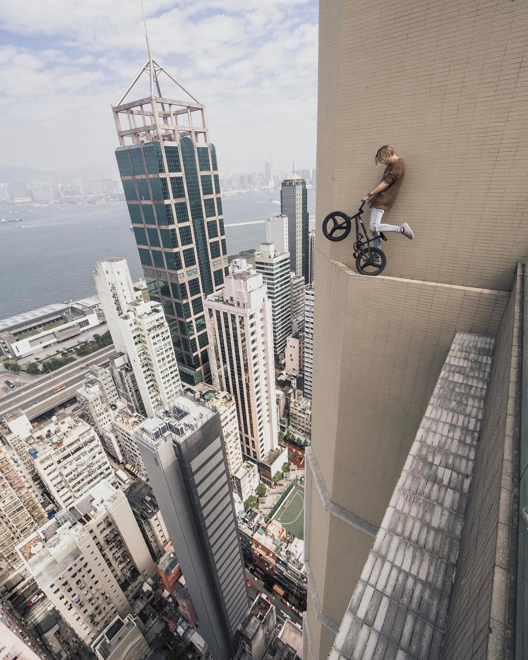 парень с велосипедом над обрывом