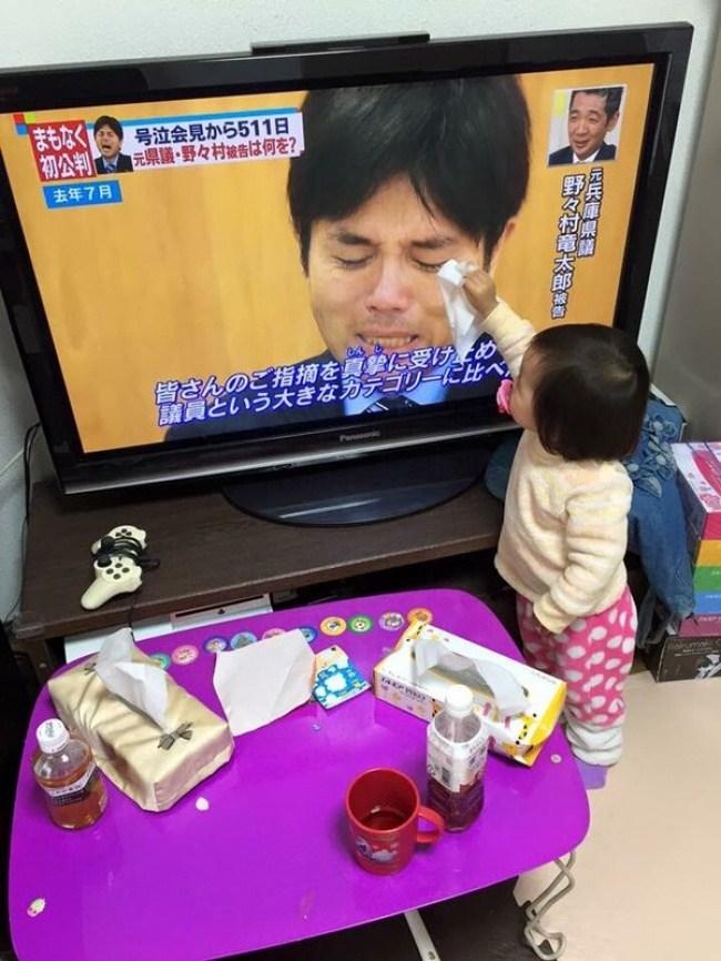 малыш вытирает слезы мужчине из телевизора