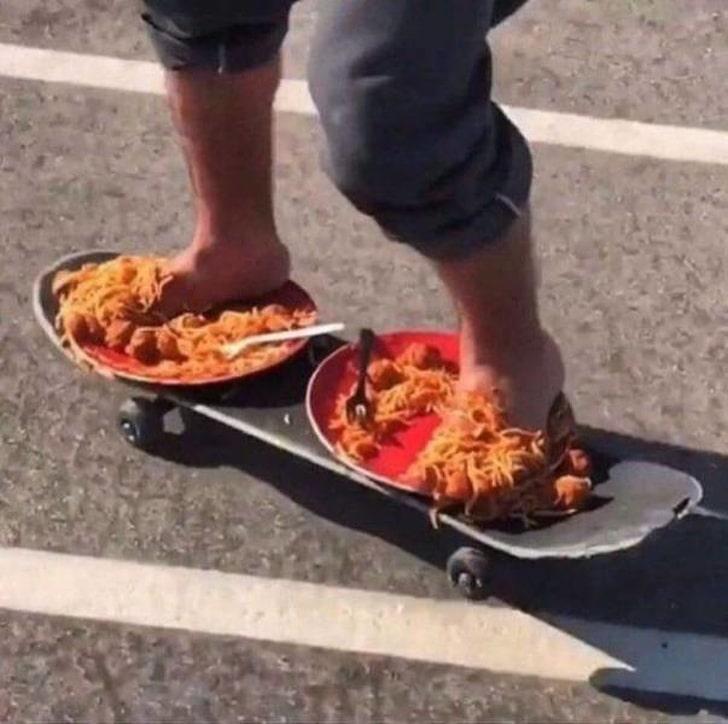 тарелки со спагетти на скейтборде