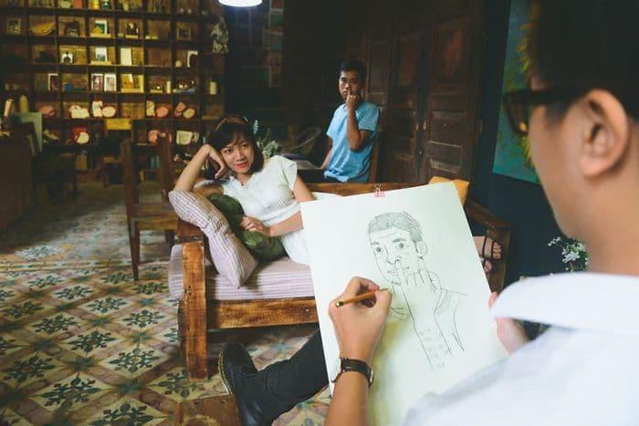 парень рисует девушку