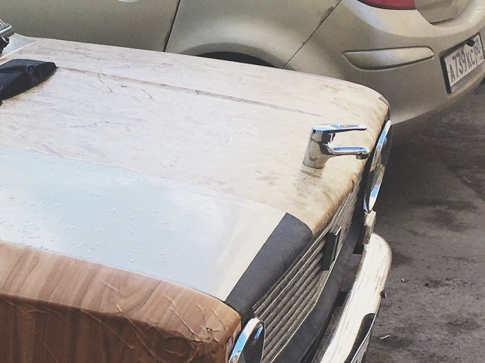 кран на капоте машины