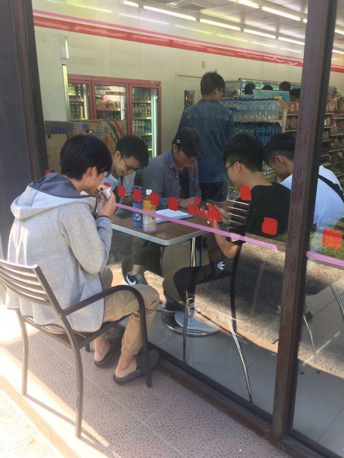 парни за столом в кафе