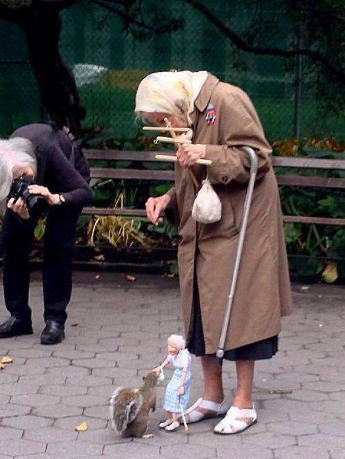 старушка с игрушкой на веревочках
