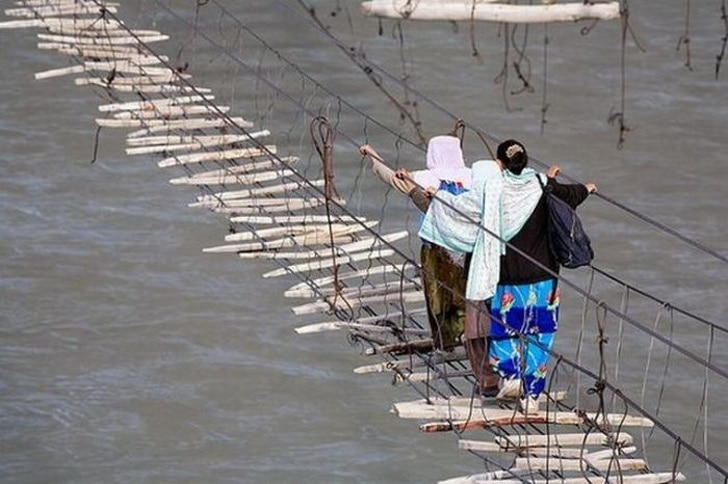 женщины на мосту