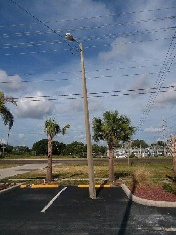 фонарный столб на парковке