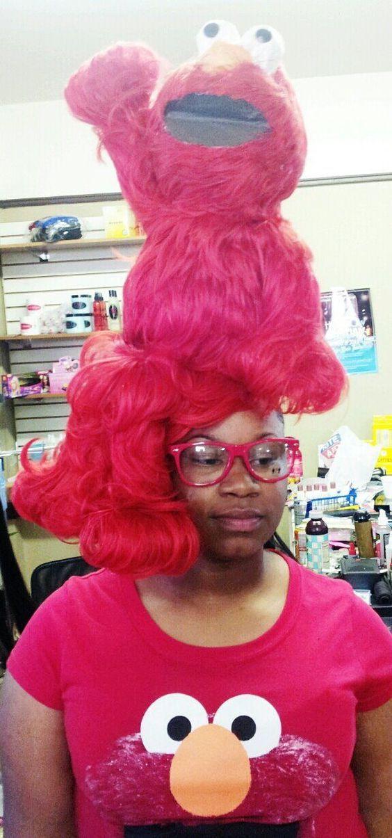женщина с куклой элмо на голове
