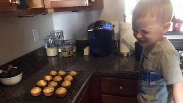 мальчик плачет в кухне