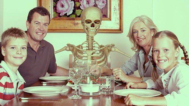 люди и скелет за столом