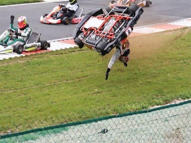 гонщик выпадает из машины