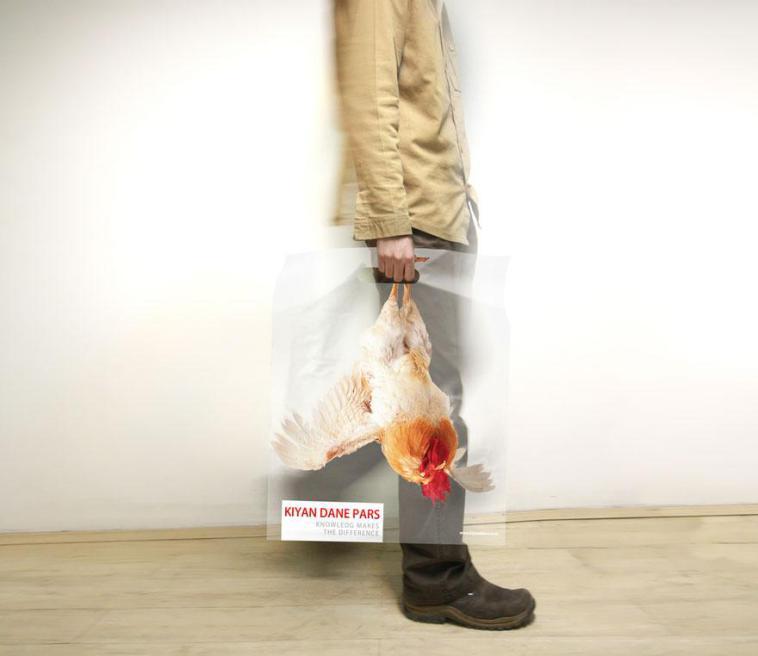 парень с пакетом в руке