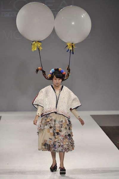 модель на подиуме с шарами в волосах