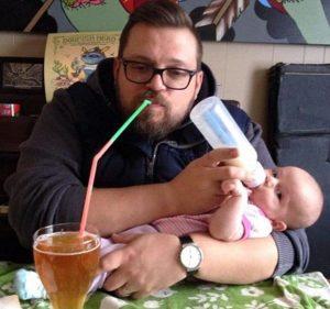 папа кормит ребенка из бутылочки
