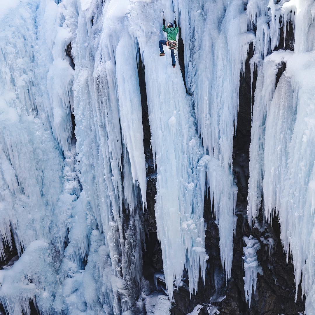 скалолаз на ледяной горе