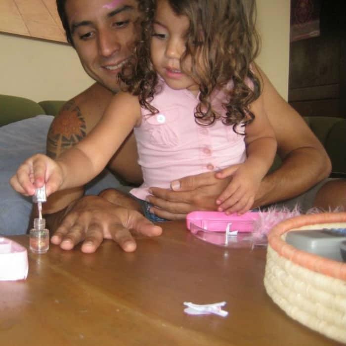 девочка красит ногти папе
