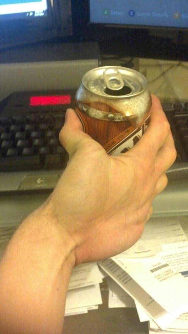 странная рука и банка пива