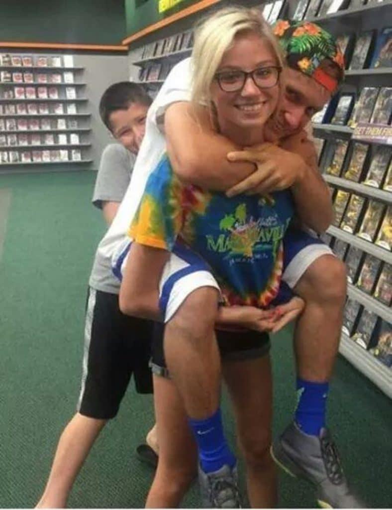 девушка держит парня на руках